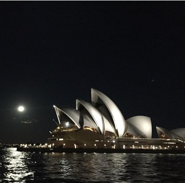 opera-at-night